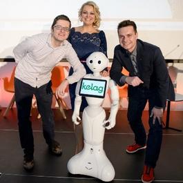 Holzinger mit KI-Roboter und zwei Herren