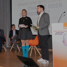 Holzinger mit Moderator auf einer Bühne
