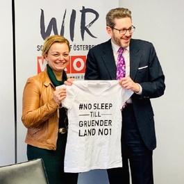 Holzinger überreicht ein T-Shirt mit Aufdruck