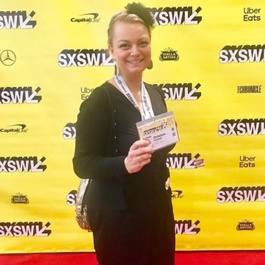 Holzinger vor gelber Wand mit SXSW-Logo-Prints