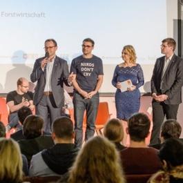 Gruppenbild Holzinger mit Gästen auf einer Bühne