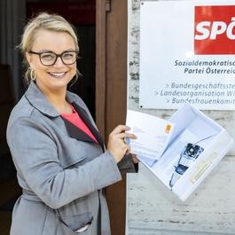 Holzinger vor der SPÖ-Zentrale