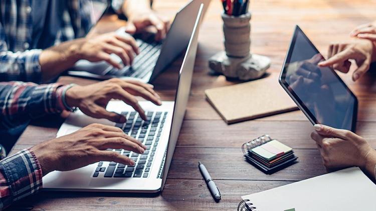 junge Unternehmer am Laptop