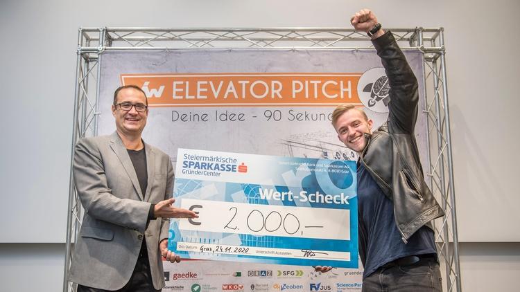 Platz 2: Gernot Hipfl von Flexbill mit SFG Geschäftsführer Christoph Ludwig. Flexbill widmet sich der digitalisierung von Kassenbelegen.