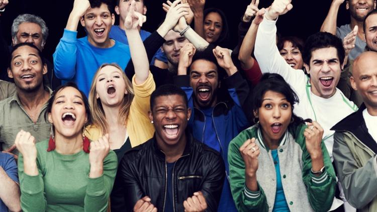 Gruppe junger Menschen im Begeisterungssturm
