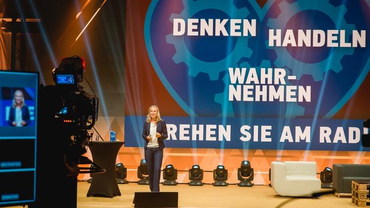 Nicole Fritze spricht auf einer Bühne