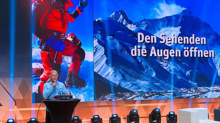 Andy Holzer spricht auf der Bühne