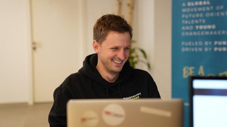 Foto zeigt Marko Haschej bei der Arbeit am Laptop