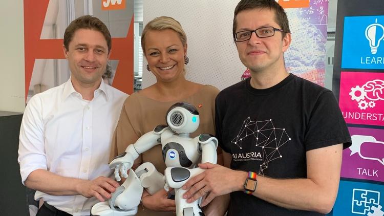 Andreas Rath (ONDEWO Gründer), JW-Bundesvorsitzende Christiane Holzinger und Clemens Wasner (AI Austria) mit NAO, einem interaktiven humanoiden Roboter