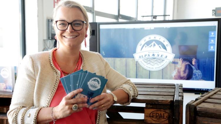 Christiane Holzinger mit Karten von Alps & Sea in der Hand