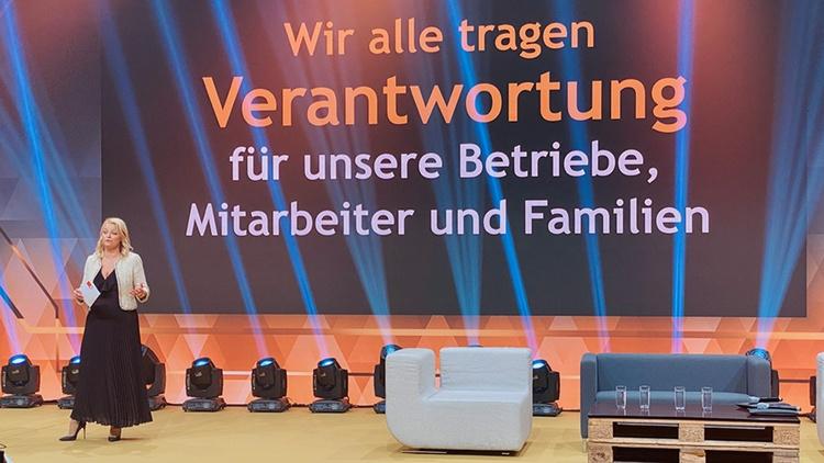 Christiane Holzinger spricht auf einer Bühne