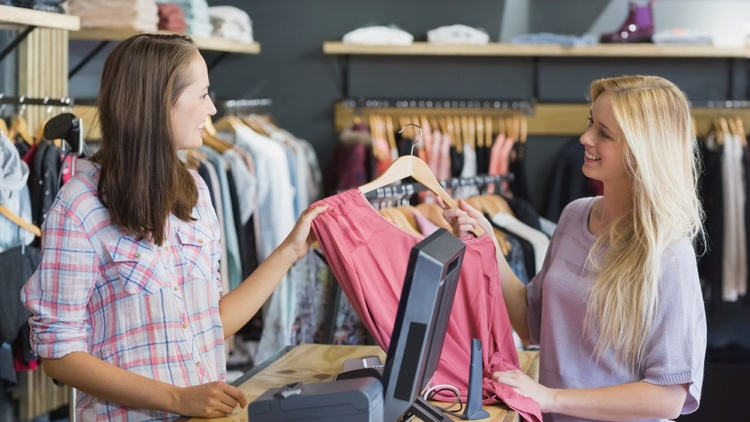 Zwei Frauen im Verkaufsgespräch