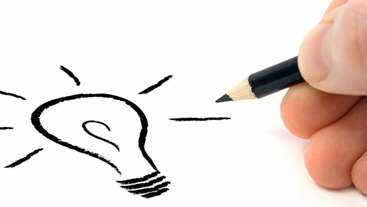 Großaufnahme einer Hand, die eine Glühbirne zeichnet