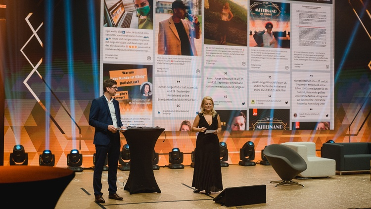 Christiane Holzinger mit zweiter Person auf einer Bühne