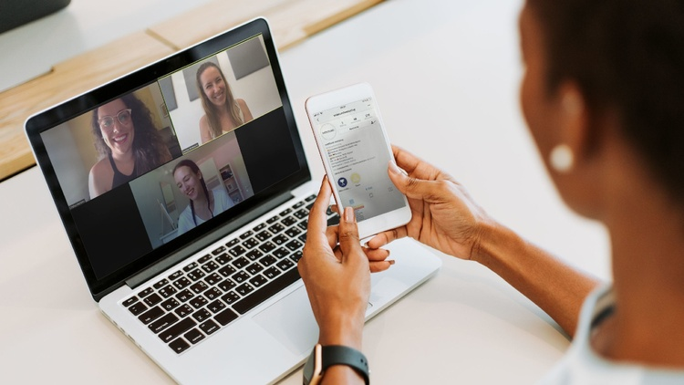 4 Frauen in multimedialer Kommunikation