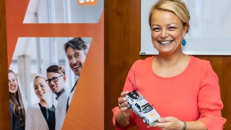 JW-Bundesvorsitzende Mag. Christiane Holzinger hält ein fernsteuerbares Spielzeugauto in Händen