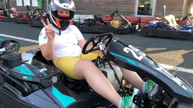 Frau in einem Kart-Race-Auto